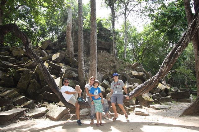 Nacho, Gonzalo, Ana y Pisco en Camboya