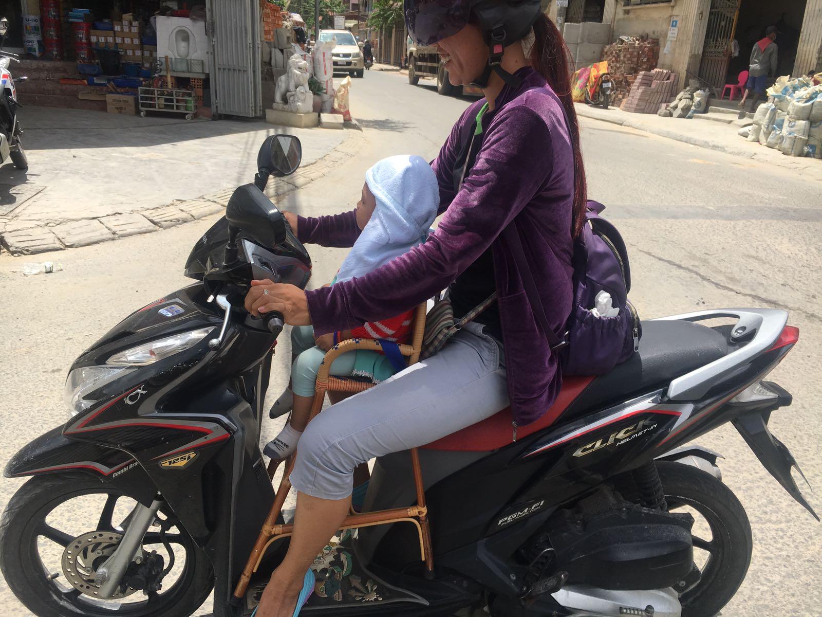 bebe en moto en Camboya