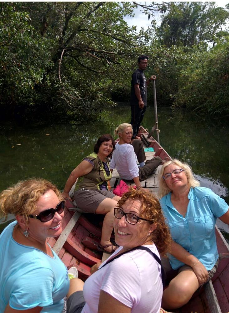 Antonia, Josefa, Angeles, Amparo, M Carmen y M Jose de viaje en Camboya