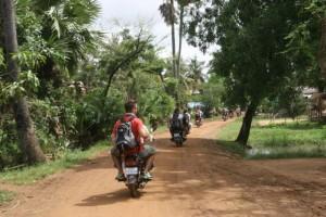 En moto por el campo en Camboya