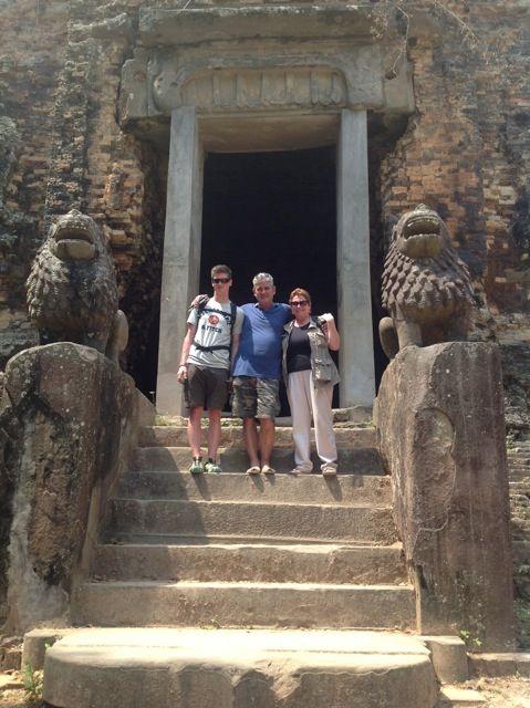 Gloria, Carlos y Ferran en su viaje a Camboya