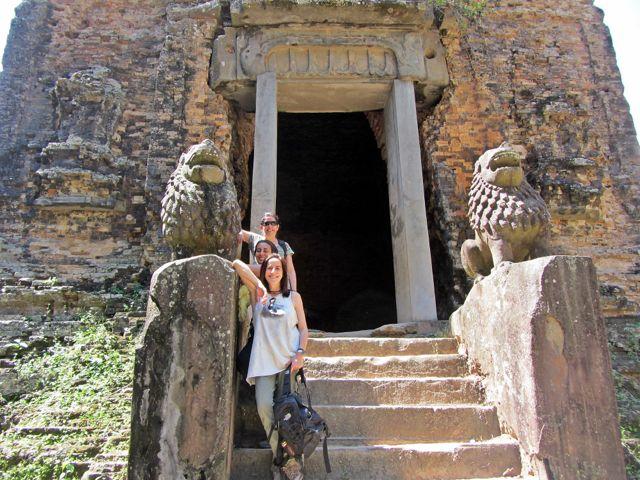 M José, Natalia y Francisca en su viaje a Camboya