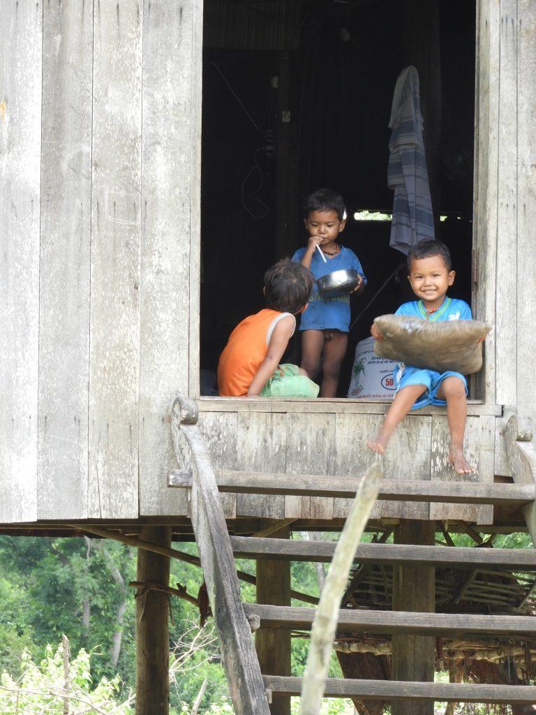 Niños en el viaje a Camboya de Nuria y su familia
