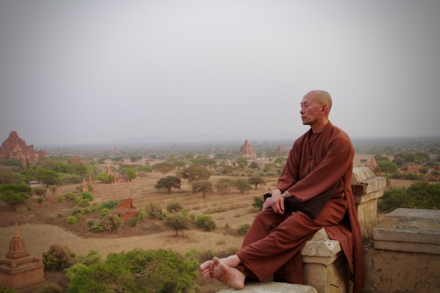 Monje en los templos de Bagan